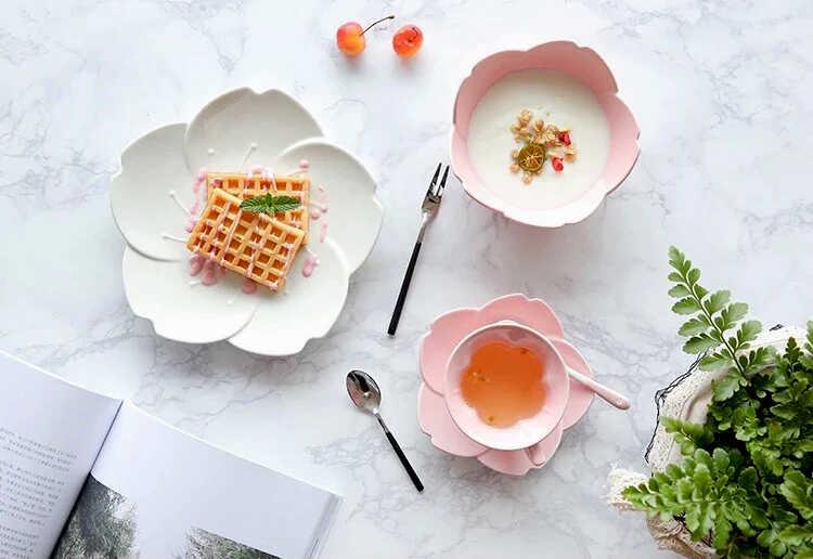необычные розовые и белые тарелки маме в форме цветка