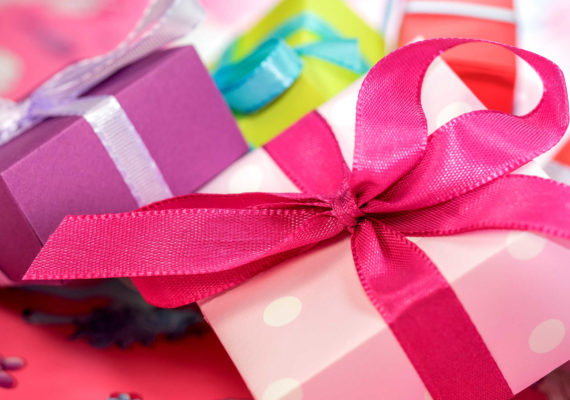 коробочки с подарками перевязанные лентами и бантами