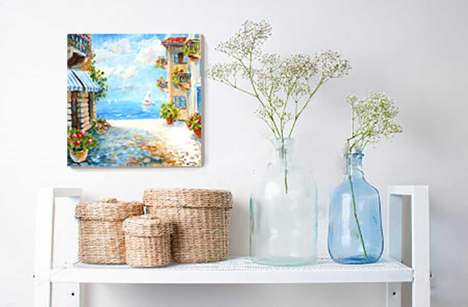 картина маслом с морским пейзажем над туалетным столиком с корзинками и цветами в бутылках