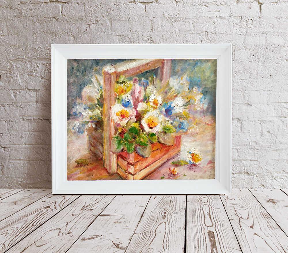 Картина с весенними цветами в белой раме