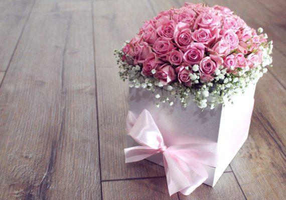 букет нежных маленьких роз в белой квадратной коробке с лентами на день рождения