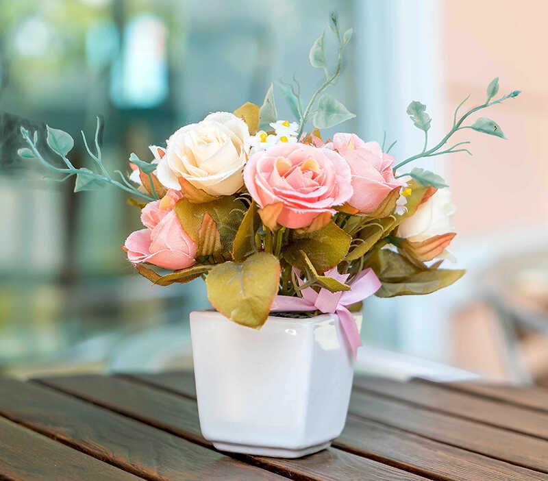 купить с доставкой на дом цветущие розы в горшке