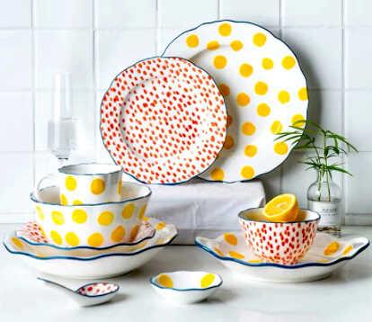 набор посуды и тарелок с оригинальным принтом в желтый и красный горошек