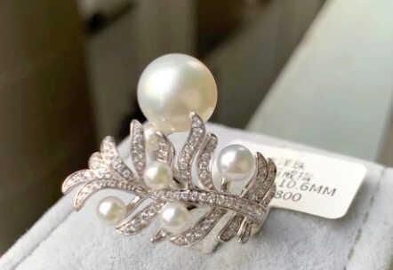 серебряное кольцо с жемчугом и белыми камнями