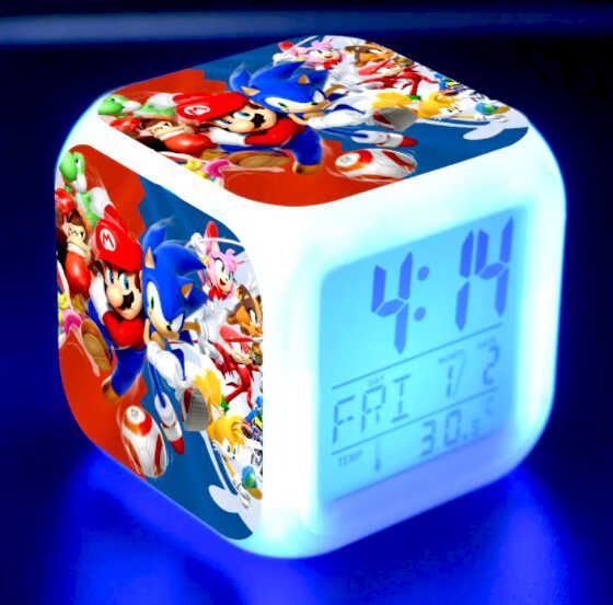 светящийся led будильник с комиксами для мальчика на синем фоне в темной комнате