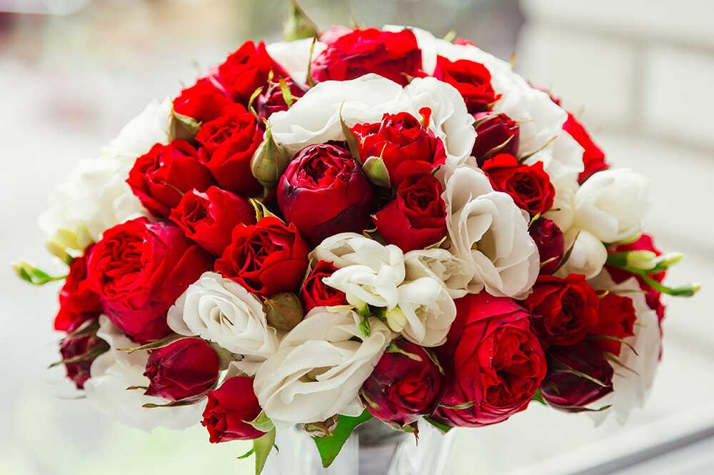 Шикарный букет тёмно-красных и белых роз в подарок на свадьбу с доставкой на дом