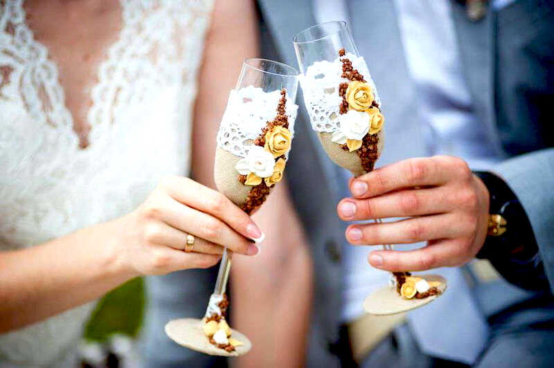 подарок своими руками бокалы для шампанского с кружевом и бусинами для жениха и невесты