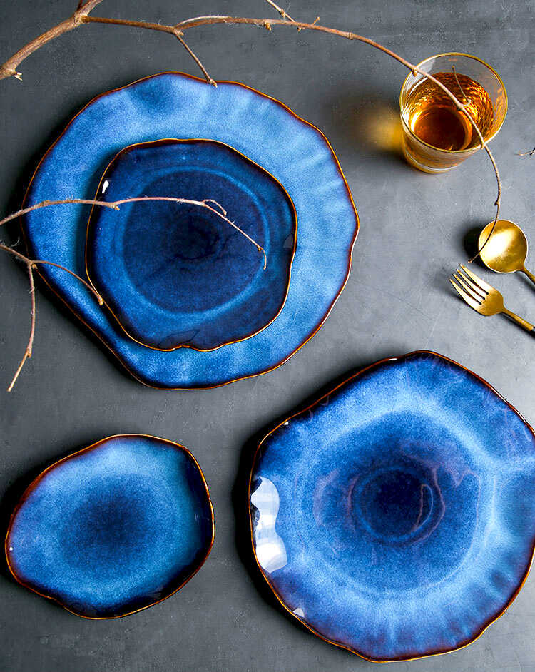 синие тарелки необычной формы