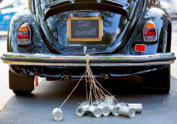 свадебная старинная машина жук с привязанными банками к бамперу и надписью gust married