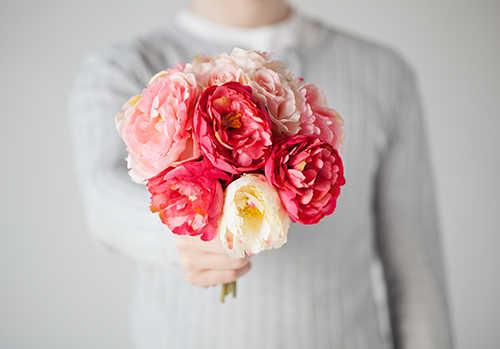 мужчина с букетом розовых цветов