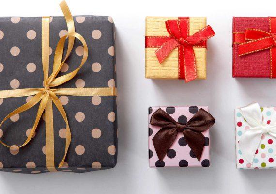 Нарядные коробочки с подарками в стильной упаковке с бантиками и лентами на белом фоне