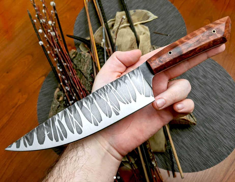 сувенирный нож с необычным лезвием и ручкой из карельской березы в мужской руке