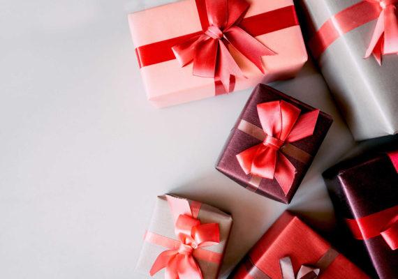 стильные коробки с подаркам и для мужчины в красном, розовом бордовом и бежевом цветах со сдержанными красными бантами