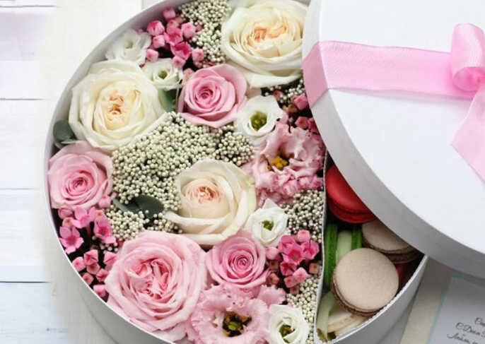розы и маленькие цветочки в белой шляпной коробке с розовой лентой