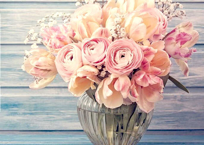 букет тюльпанов и роз в прозрачной вазе на синем фоне